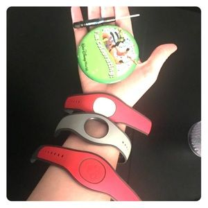 3 Disney magic bands and 2 pods with screwdriver